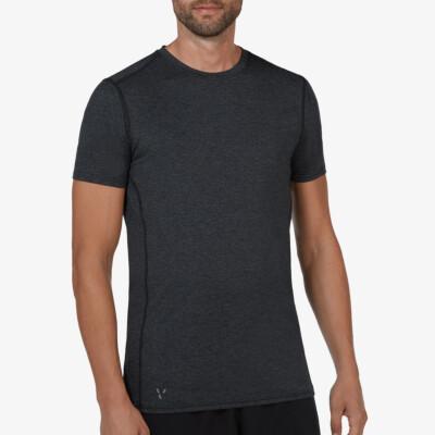 Girav Boston lichtgewicht zwart gemêleerd sportshirt voor lange heren. Uitgerust met twee HEIQ-nanotechnologieën Smart Temp en Fresh Tech, die je koel en fris houden. Normale pasvorm, ronde hals en sportieve reflecterende strepen.